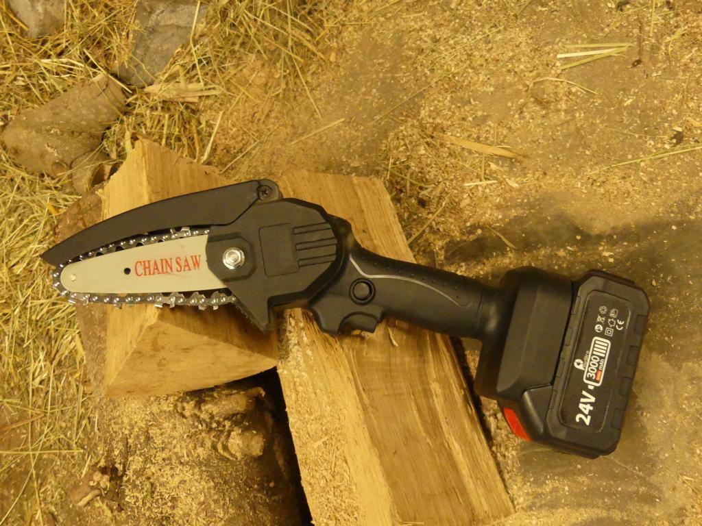 Eine Einhand-Kettensäge zerkleinert das Holz